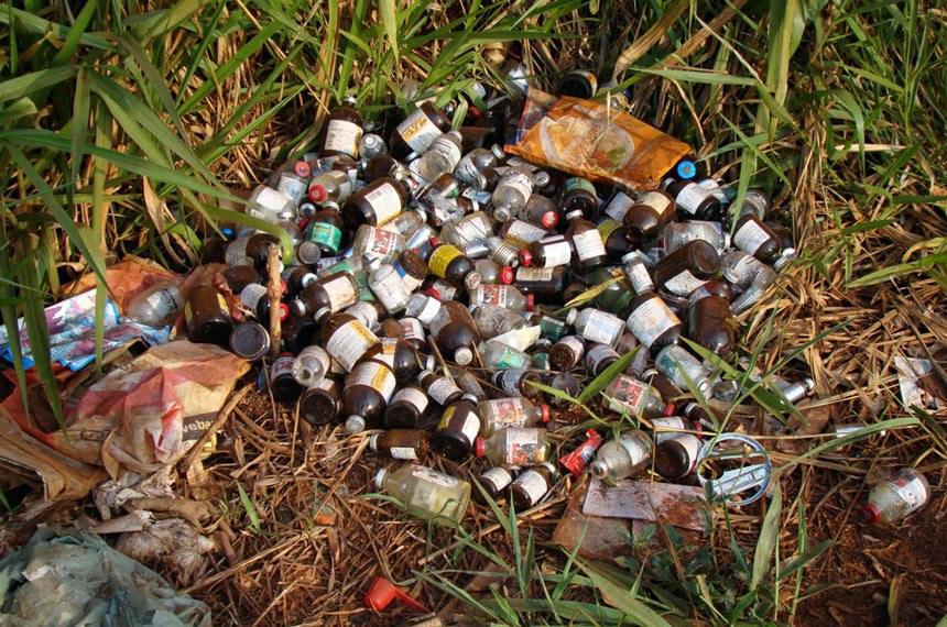 Dezenas de frascos de medicamentos jogados em estrada no Paraná
