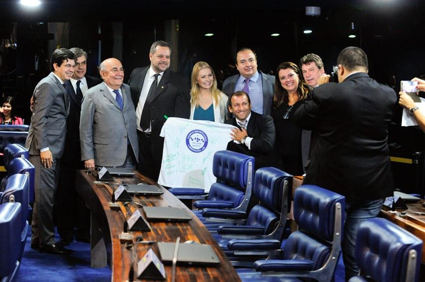 Após a aprovação, parlamentares e defensores da liberação da fosfoetanolamina comemoraram em Plenário
