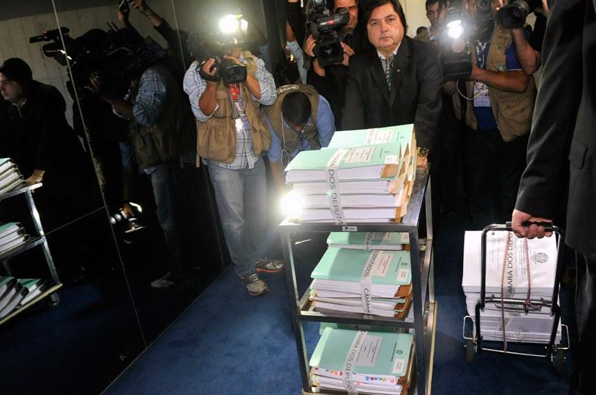 Os documentos da autorização de abertura do processo de impeachment contra a presidente Dilma foram entregues ao Senado nesta segunda (18), à tarde