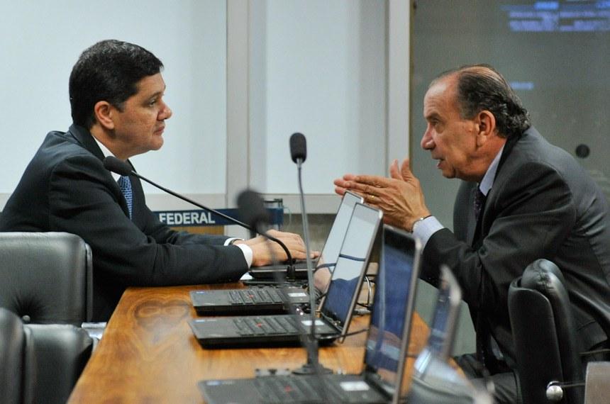 """O relator, senador Ricardo Ferraço (esq), opinou pela aprovação da PEC de Aloysio Nunes  que, segundo ele, estabelece uma """"terceira via para o problema da delinquência juvenil"""""""