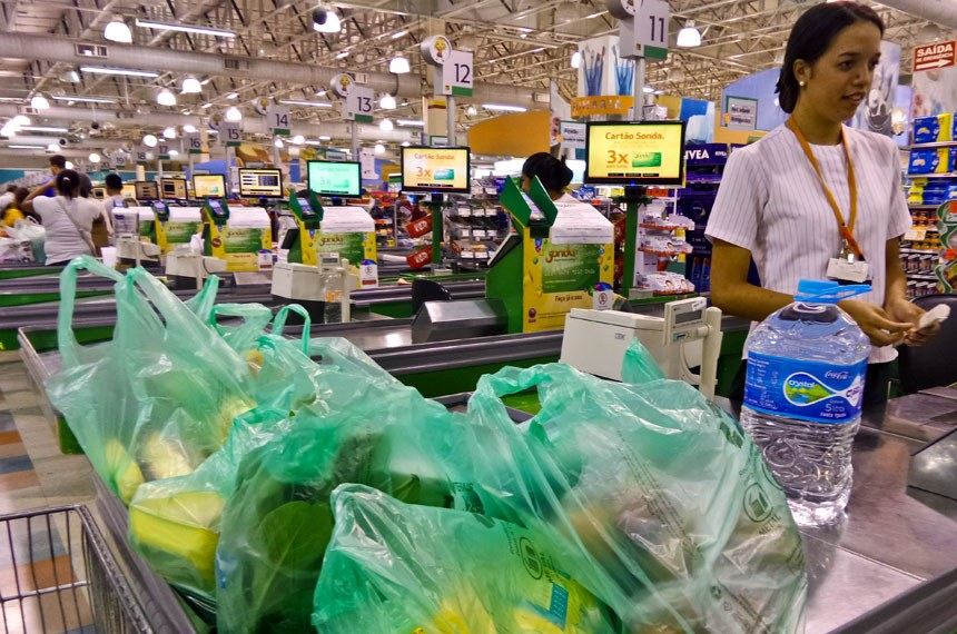 Em São Paulo, supermercado distribui aos consumidores sacolas feitas com material reciclável