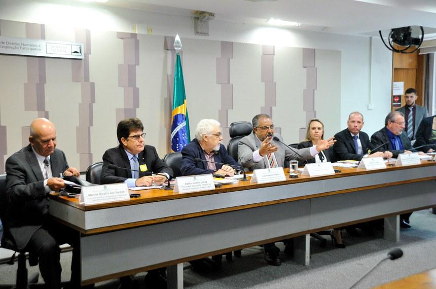 O projeto (PLS 271/2008) foi apresentado por Paulo Paim (ao centro) em 2008