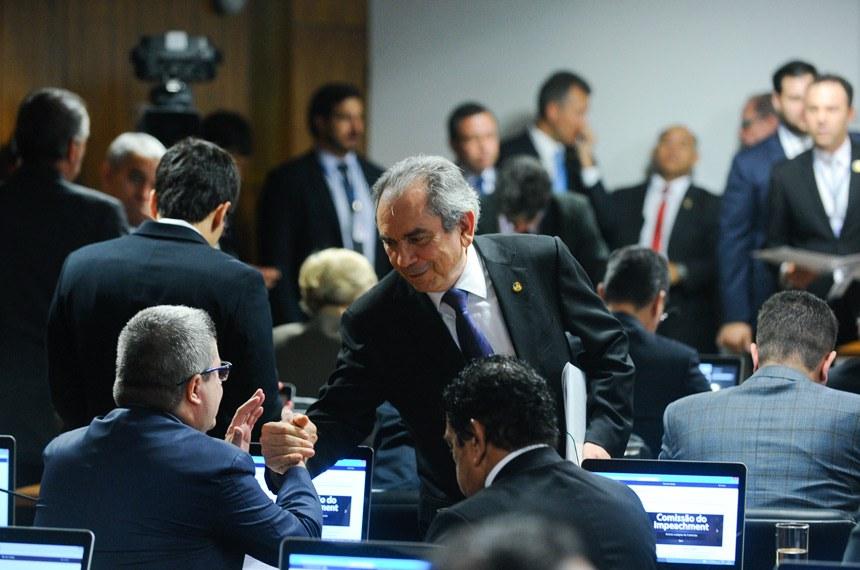 Raimundo Lira (de pé) cumprimenta Antonio Anastasia na chegada à comissão