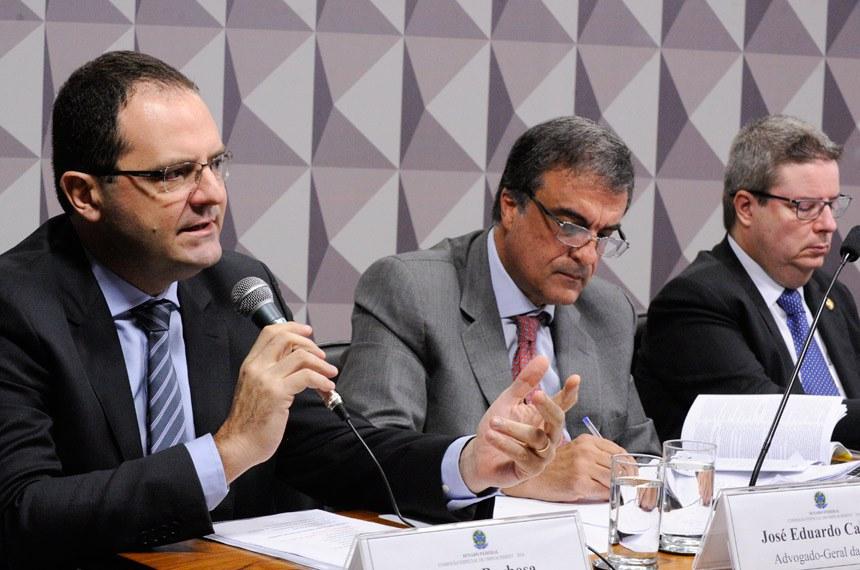 Nelson Barbosa, o advogado-geral da União, José Eduardo Cardozo, e o relator da Comissão Especial de Impeachment, senador Antonio Anastasia, na reunião que continua em andamento no Senado