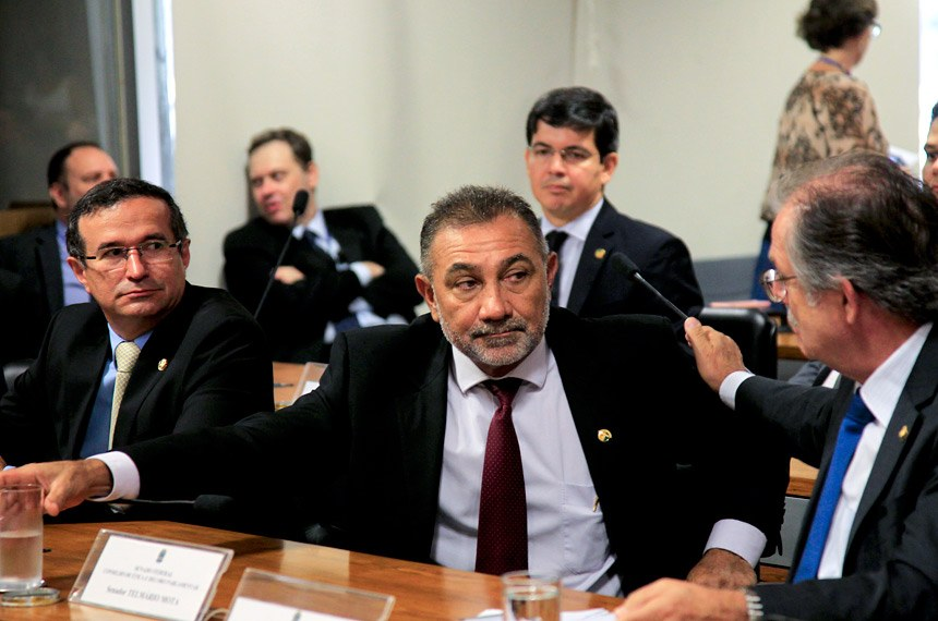 O senador Telmário Mota (ao centro) foi sorteado o segundo relator da representação no Conselho de Ética