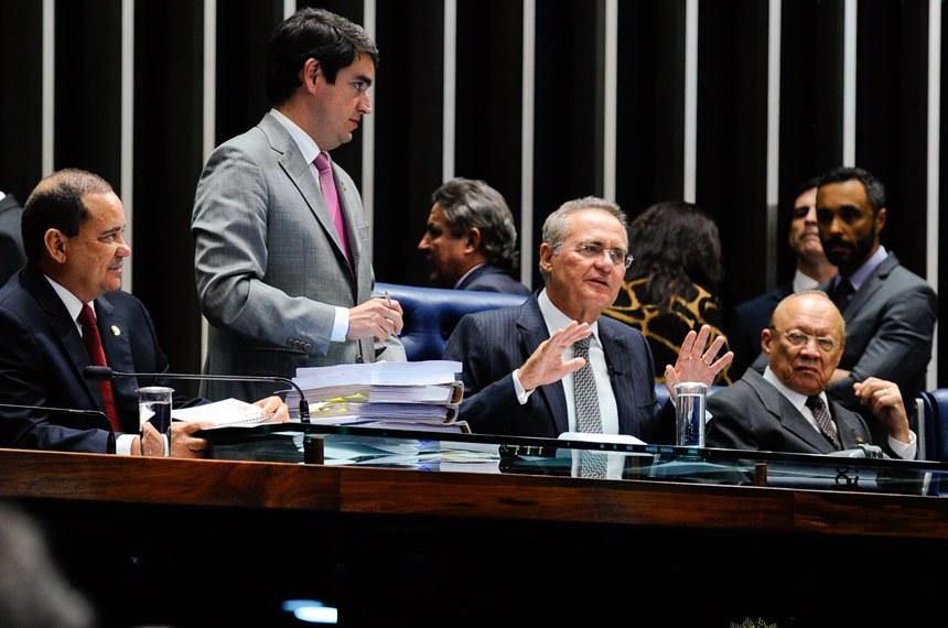 O presidente do Senado, Renan Calheiros (C), divulgou as regras e procedimentos a serem seguidos na sessão extraordinária que irá votar o impeachment da presidente da República