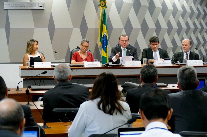Presidente da comissão, Wellington Fagundes (ao centro) disse que o debate teve como objetivo a busca de modernização do sistema legislativo