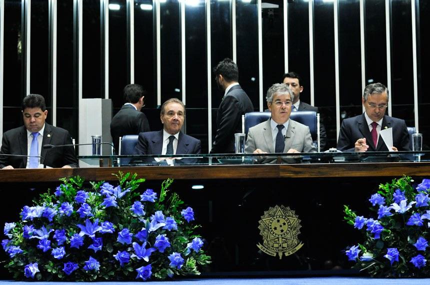 Senadores Cidinho Santos, José Agripino, Jorge Viana e Eduardo Amorim, na mesa que presidiu a homenagem