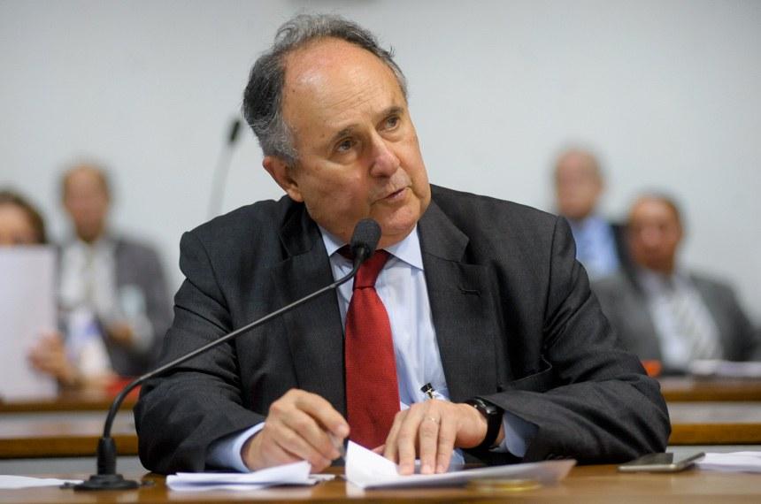 Cristovam Buarque propôs que o Poder Executivo federal veiculasse, diariamente, nos intervalos da programação das emissoras de televisão, informações do cadastro