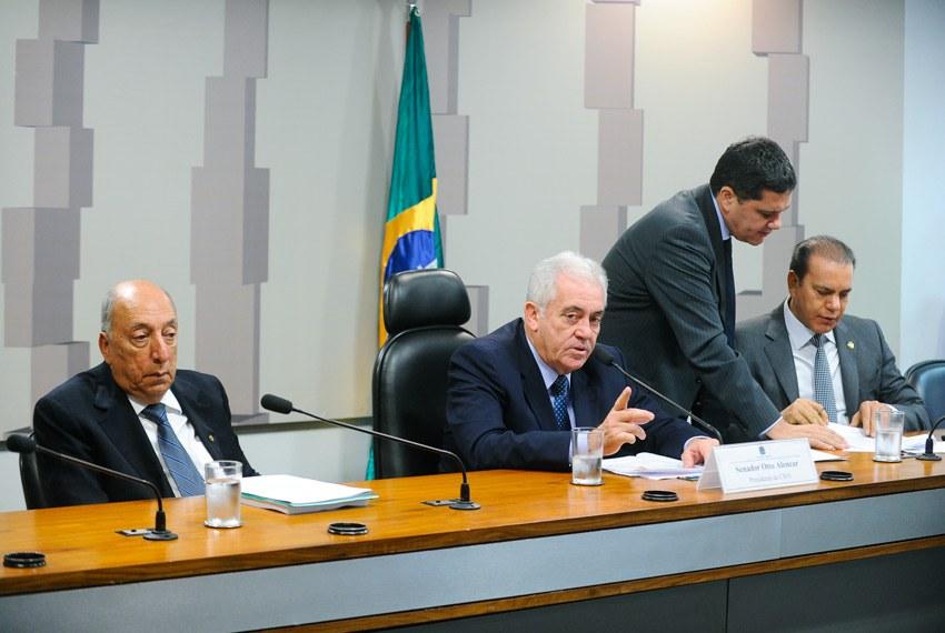 Senador Ataídes Oliveira (D) atuou como relator do projeto de Ricardo Ferraço (de pé)
