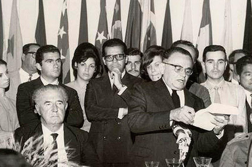 Adhemar (sentado) e presidente Castello Branco