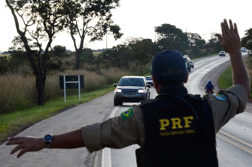 Uso do farol baixo nas rodovias a qualquer hora já era previsto em resolução do Contran desde 1998, mas agora ganha força de lei, que entra em vigor em 8 de julho