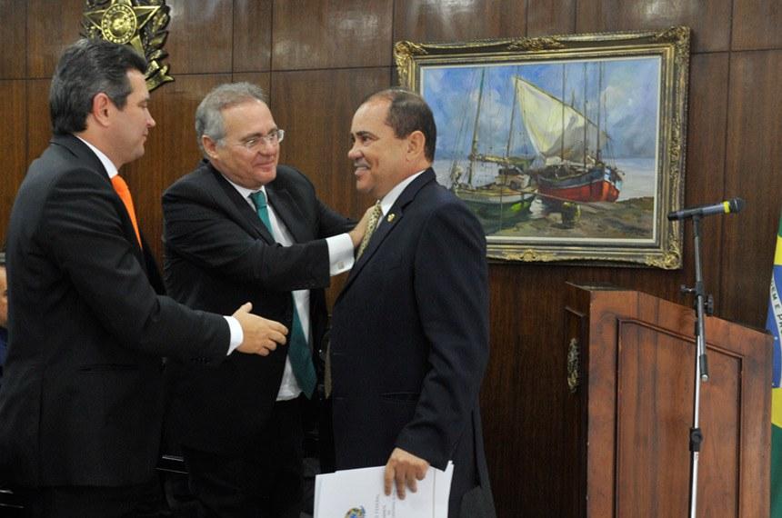 Senador Vicentinho Alves, que presidirá a comissão, é cumprimentado por Renan Calheiros e pelo ministro dos Transportes, Maurício Quintella Lessa