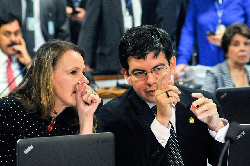 O pedido de adiamento foi apresentado pelo senador Randolfe Rodrigues, na foto com Vanessa Grazziotin
