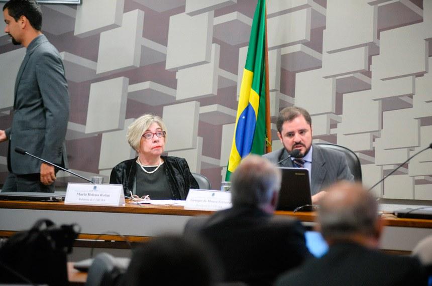 A comissão de especialistas foi presidida pelo professor e aviador Georges de Moura Ferreira (d) e teve como relatora a doutora em Direito Espacial Maria Helena Fonseca Rolim