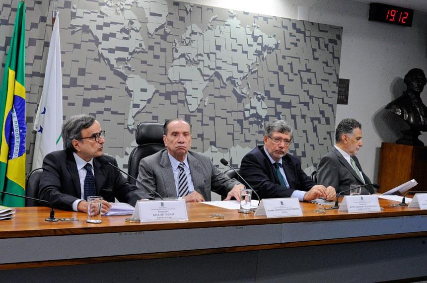 Raul de Taunay (indicado para o Congo); o presidente da CRE,  Aloysio Nunes; João Inácio Padilha (indicado para o Chipre); e José Carlos Leitão (indicado para Cabo Verde)