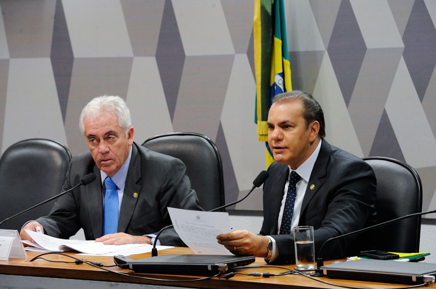 O presidente da CMA, Otto Alencar (e), e o vice-presidente do colegiado, Ataídes Oliveira na reunião desta terça-feira