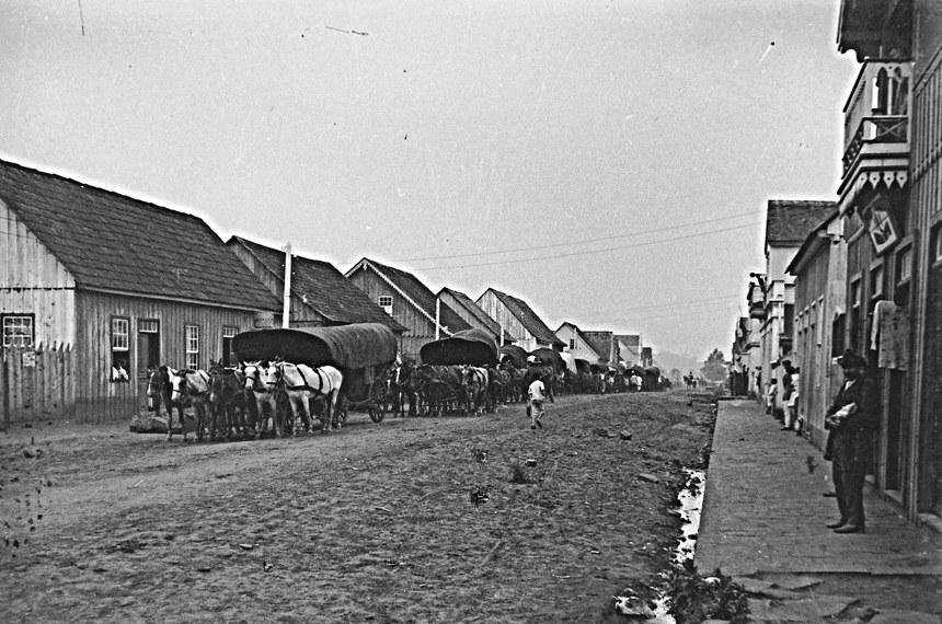 Carroções de imigrantes europeus chegando ao sul do país atravessam União da Vitória (PR)