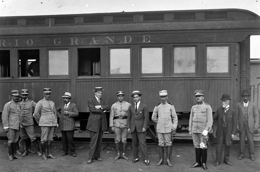 General Setembrino de Carvalho (de quepe branco) em estação em União da Vitória (PR)