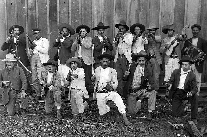 Grupo de vaqueanos (milícia armada privada) defende madeireira de ataques de revoltosos na Guerra do Contestado. Esta e as demais fotos desta galeria são do fotógrafo sueco Claro Jansson, que imigrou para o Brasil em 1891 e viveu na região na época da guerra