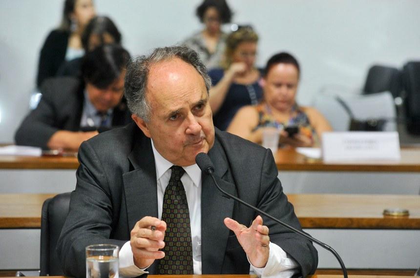 Cristovam Buarque propôs a realização do debate