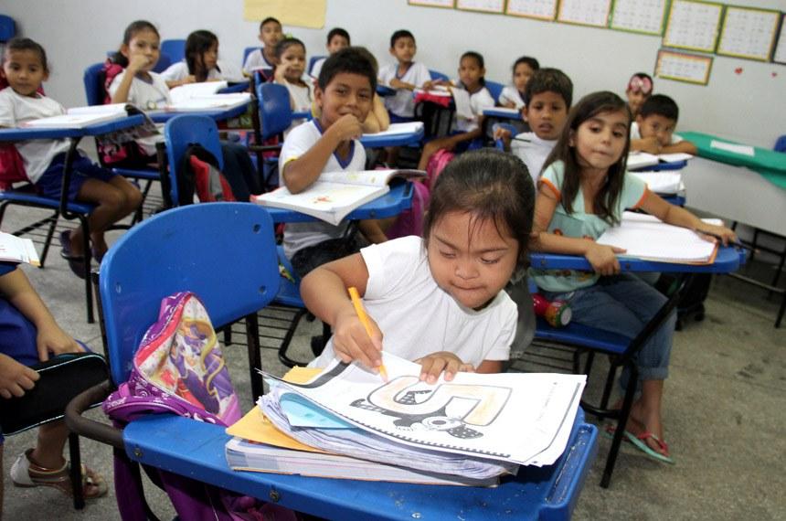Menina com síndrome de Down durante aula em escola pública, entre alunos sem deficiência: educação é uma das áreas às quais a Lei Brasileira de Inclusão mais se dedica