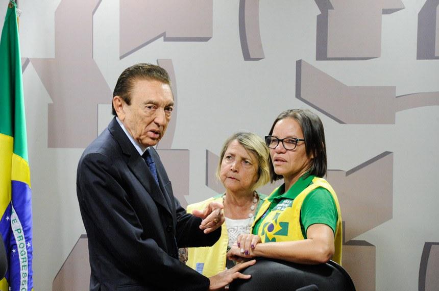 O presidente da CAS, Edison Lobão, recebe representantes dos agentes comunitários de saúde