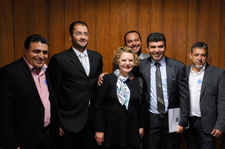 Representantes dos agentes comunitários de saúde e a senadora Lúcia Vânia (PSB-GO)