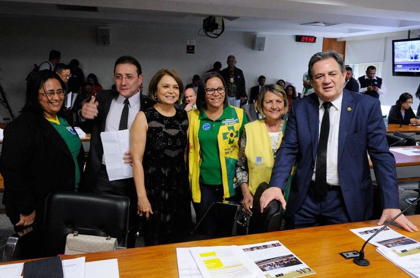 Senadores Ângela Portela e Waldemir Moka e agentes comunitários após a aprovação do projeto