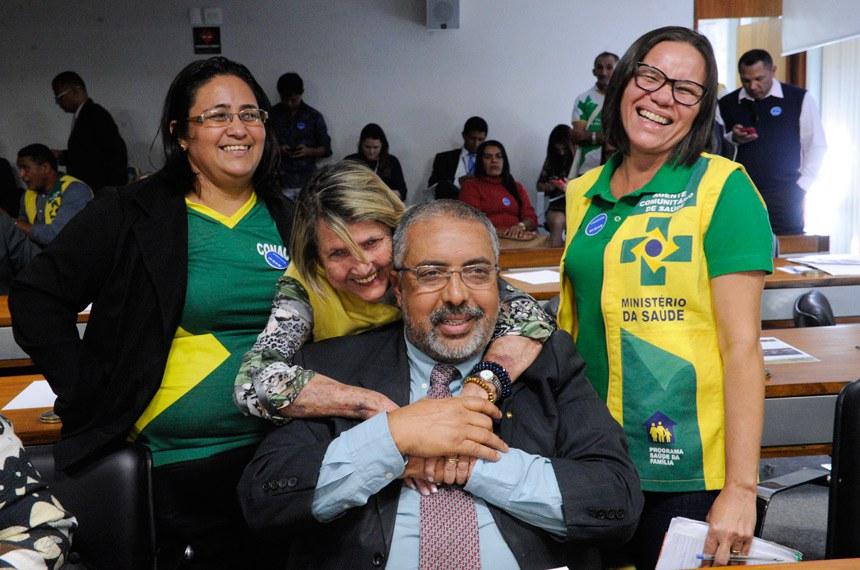 O senador Paulo Paim e representantes dos agentes comunitários de saúde