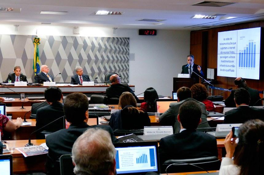 Audiência conjunta CI/CMA/CCT em 3 de maio: à mesa (E/D) o vice-presidente da CCT, senador Hélio José (PMDB-DF), o presidente da CCT, senador Lasier Martins (PDT-RS), e o presidente da CI,  senador Garibaldi Alves Filho (PMDB-RN).   À tribuna, diretor-executivo do SindiTelebrasil, Carlos Duprat