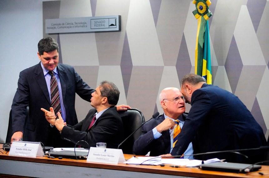 Senadores Ricardo Ferraço (PSDB-ES), Hélio José (PMDB-DF), Lasier Martins (PDT-RS) e Telmário Mota (PDT-RR) antes da audiência pública conjunta de 3 de maio passado