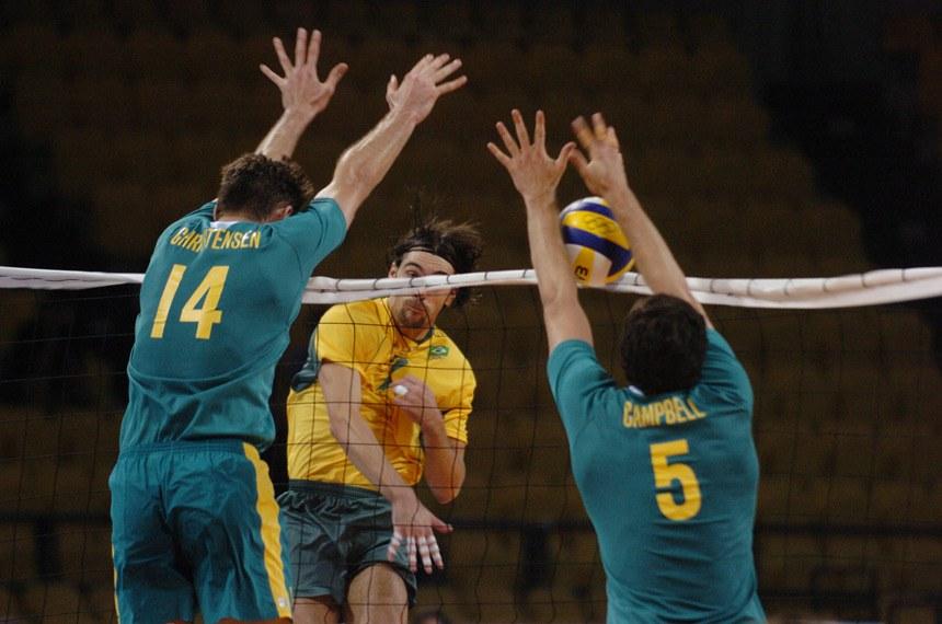 Jogadores de vôlei atuam em Atenas, em 2004, na primeira edição da Olimpíada em que o Brasil teve verbas da Lei Piva