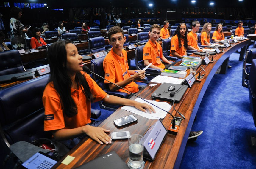 Participantes do Programa Jovem Senador da edição de 2015 votam em Plenário propostas legislativas sugeridas por eles próprios