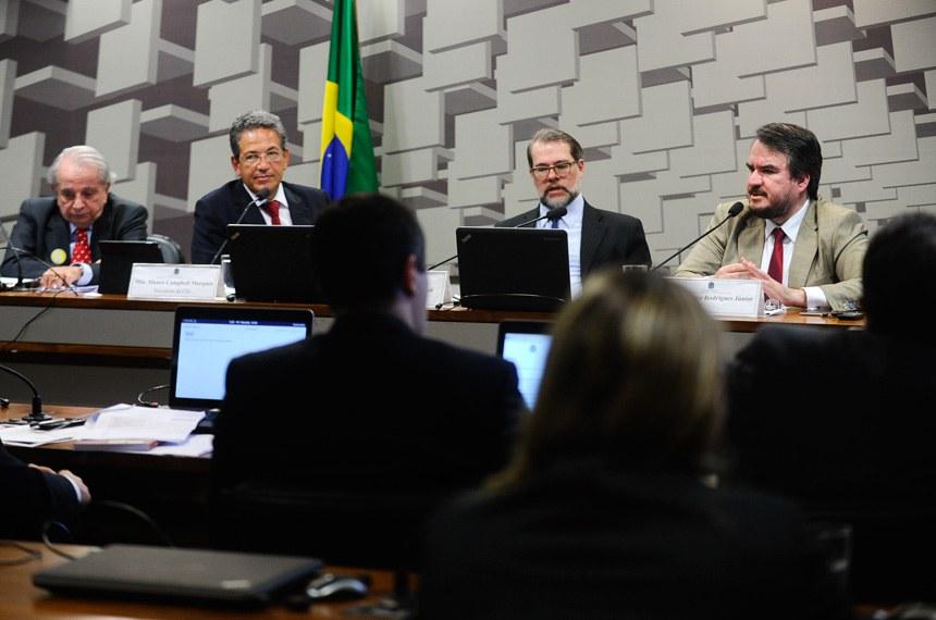 Em 27 de junho, realizou-se a última reunião da comissão, que é presidida pelo ministro do Superior Tribunal de Justiça Mauro Campbell Marques (2º à esq.) e tem como relator Antonio Dias Toffoli (2º à dir.), ministro do Supremo Tribunal Federal