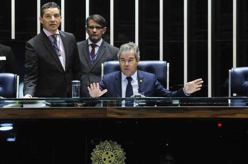 O senador Jorge Viana (PT-AC) na presidência da sessão que aprovou o texto do acordo do clima