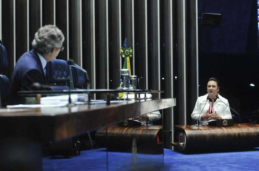 Senadora Kátia Abreu, relatora do projeto, discursa na tribuna em sessão presidida por Jorge Viana