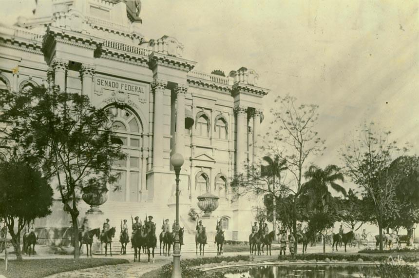 Tropas enviadas por Getúlio cercam o Palácio Monroe, sede do Senado, na manhã do golpe, em 1937