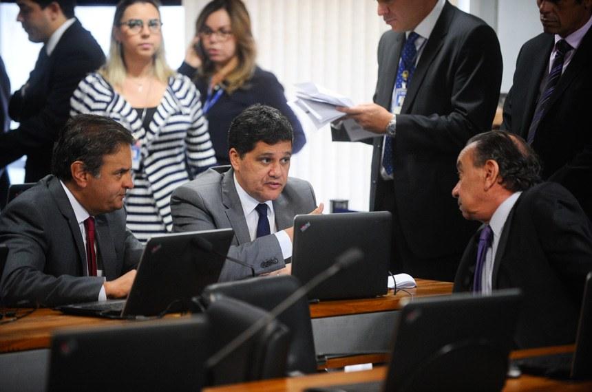 Os autores da PEC, senadores Aécio Neves (e) e Ricardo Ferraço, conversam com o relator, Aloysio Nunes Ferreira, na reunião da CCJ