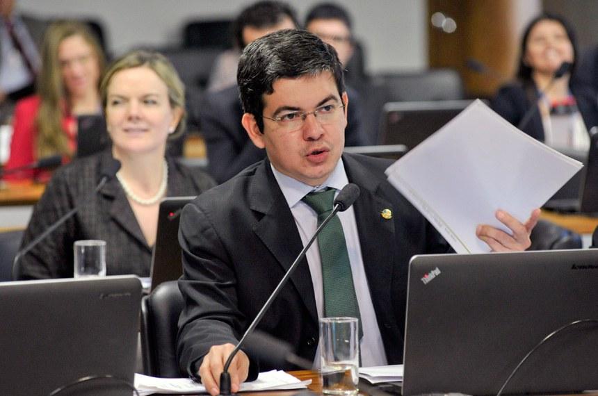 Senador Randolfe Rodrigues, relator da PEC, e senadora Gleisi Hoffmann, autora da proposta