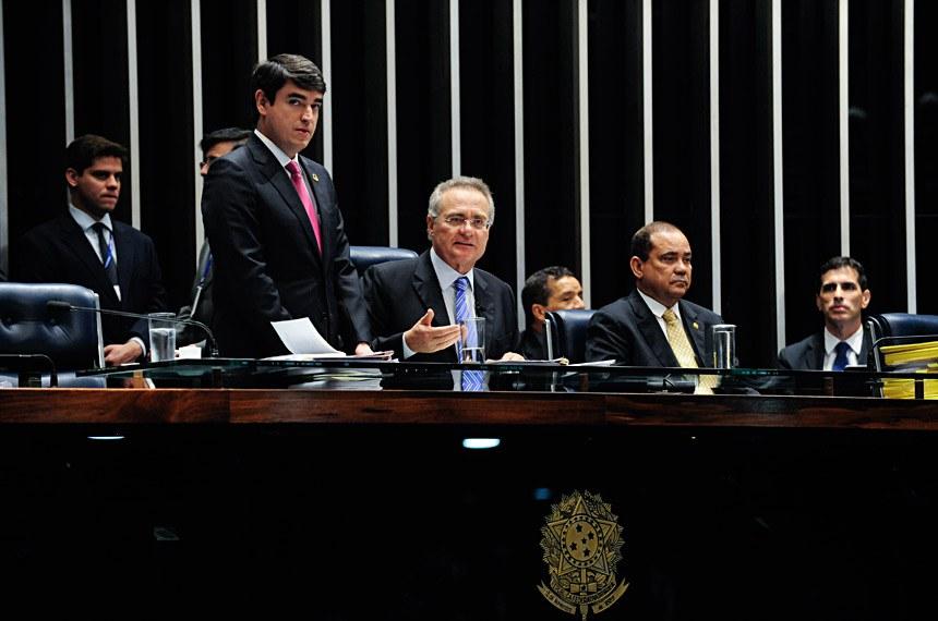 Renan Calheiros, na presidência da sessão do Senado desta segunda-feira (19)