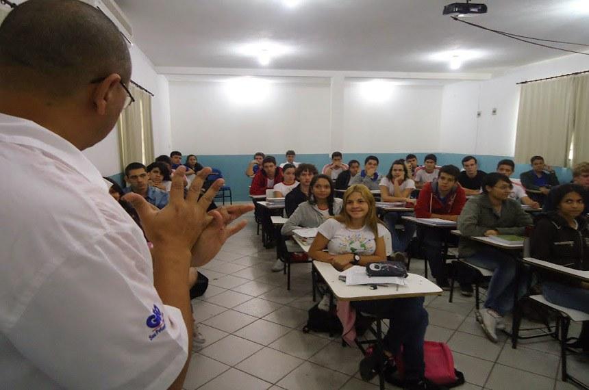 Aula de eletricidade em escola comunitaria de ensino médio - Coopema. Escola comunitária em Barra das Garças: modelo alternativo pode ser aplicado em ensino superior.