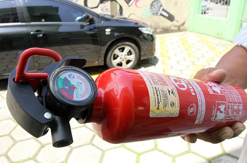 De 12 a 16 deste mês o Instituto de Metrologia do Estado do Pará (Imetropará) vai fiscalizar a atuação de oficinas recarregadoras de extintores de incêndio na capital paraense.  Na foto: Novo extintor de incêndio veicular, com carga de pó ABC  FOTO: CRISTINO MARTINS/ AG. PARÁ DATA: 08.01.2015 BELÉM - PARÁ