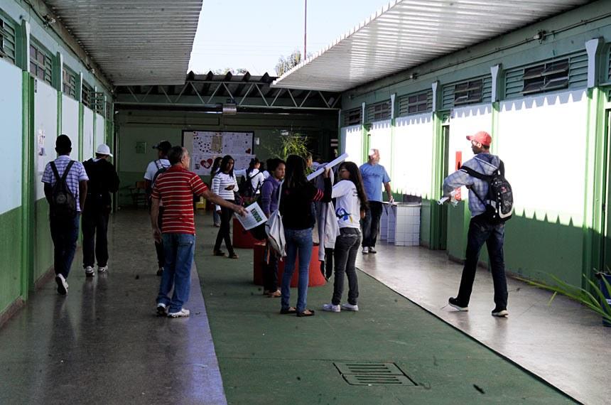 Alunos no corredor do Centro de Ensino Fundamental 07 de Sobradinho.