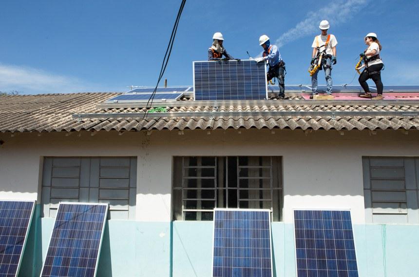 Instalação de painéis solares em escola municipal de Uberlândia (MG)