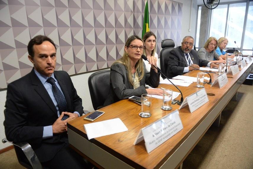 A Comissão de Direitos Humanos e Legislação Participativa (CDH) promove reunião para debate sobre a atuação dos planos de saúde.  Os planos de saúde serão tema de debate na Comissão de Direitos Humanos e Legislação Participativa (CDH). A reunião faz parte da série de audiências públicas sobre democracia e direitos humanos, de iniciativa do presidente da comissão, senador Paulo Paim (PT-RS).  Mesa: representante da diretoria executiva da GEAP, autogestão em saúde, Adilson Moraes da Costa; diretora de Controle de Qualidade da GEAP Fundação de Seguridade Social, Luciana Rodriguez T de Carvalho representante da Assessoria Jurídica da Federação Nacional dos Sindicatos dos Trabalhadores em Saúde, Trabalho, Previdência e Assistência Social (Fenasps), Paula Ávila Poli; presidente da CDH, senador Paulo Paim (PT-RS); diretora da Secretaria de Aposentados da Federação Nacional dos Sindicatos dos Trabalhadores em Saúde, Trabalho, Previdência e Assistência Social (Fenasps), Ana Luísa Dal Lago; diretora da Secretaria de Seguridade Social da Federação Nacional dos Sindicatos dos Trabalhadores em Saúde, Trabalho, Previdência e Assistência Social (Fenasps),  Cleuza Maria Faustino do Nascimento.  Foto: Jefferson Rudy/Agência Senado