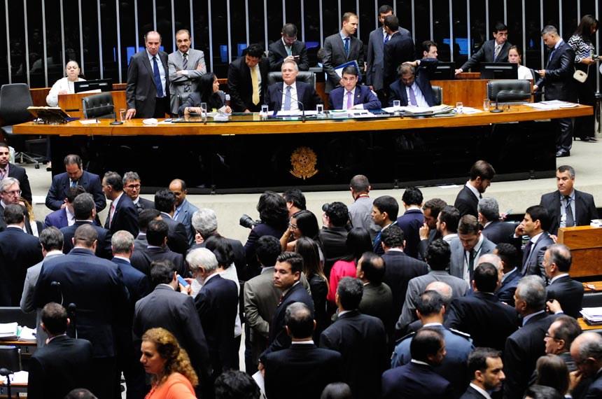 Plenário da Câmara dos Deputados durante sessão do Congresso Nacional para prosseguir na deliberação de vetos presidenciais e de dez projetos de lei. O quinto item da pauta é o PLN 8/2016, que libera para o Ministério da Educação crédito suplementar de R$ 1,1 bilhão, de onde deverão sair R$ 702 milhões para o Fundo de Financiamento Estudantil (Fies).   Participam: senador José Agripino (DEM-RN); senador Aloysio Nunes Ferreira (PSDB-SP);  senadora Rose de Freitas (PMDB-ES); presidente do Senado, senador Renan Calheiros (PMDB-AL); secretário-geral da Mesa, Luiz Fernando Bandeira de Mello Filho; senador Hélio José (PMDB-DF).  Foto: Jonas Pereira/Agência Senado