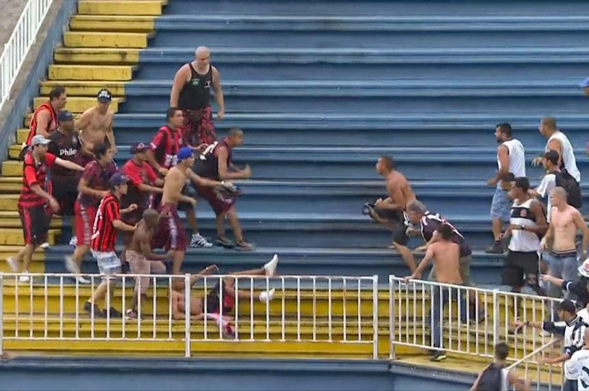 Briga entre torcedores do Atlético-PR e Vasco da Gama pelo campeonato brasileiro em 08/12/2013.