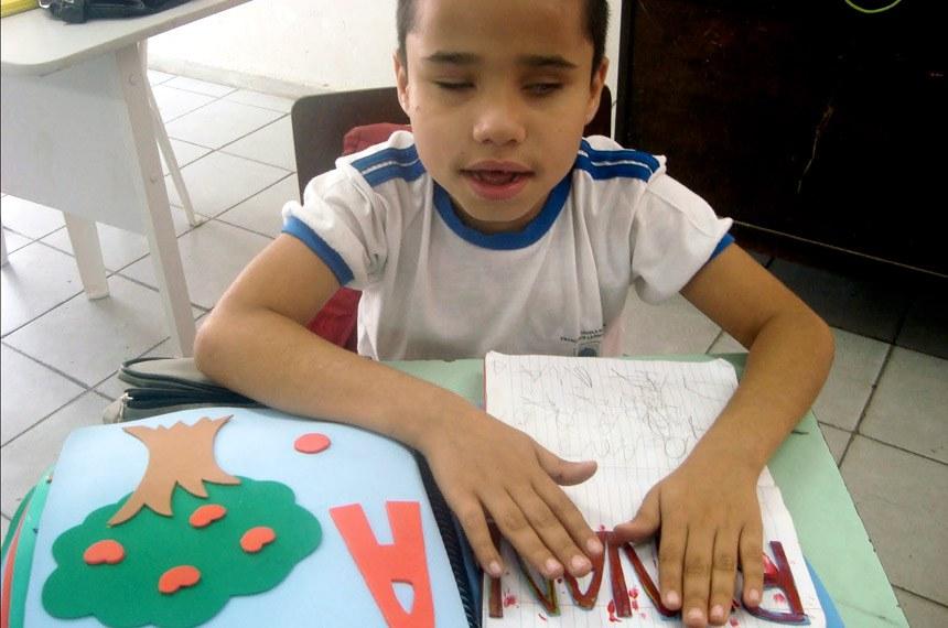 Associação dos Deficientes Físicos da Região de Jales (Aderj) - Criança com deficiência visual e necessidades especiais, na escola em São Paulo (SP).