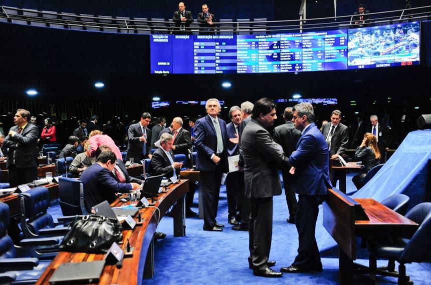 Plenário do Senado durante sessão deliberativa ordinária  À bancada: senador Ronaldo Caiado (DEM-GO);  senador Waldemir Moka (PMDB-MS).  Foto: Jonas Pereira/Agência Senado